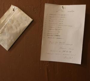 Ortak ödemeler için para böyle toplanıyor. Bir zarf ve isim listesi.