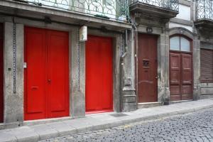 Belomonte sokağındaki kırmızı kapı. Arkasında kuklalar :)