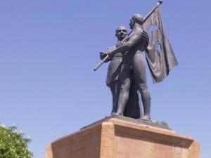 Malatya Atatürk Anıtı - Bizden taraftaki bayrak taşıyan genç adam bizim İremzi :)