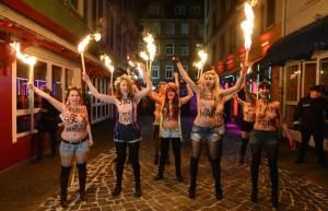 """Femen Repeerbahn'da seksin parayla satılmasını portesto ediyor. Yirmi yıl önce """"seks işçisi"""" kavramını savunuyorlardı. Hayat tuhaf!"""